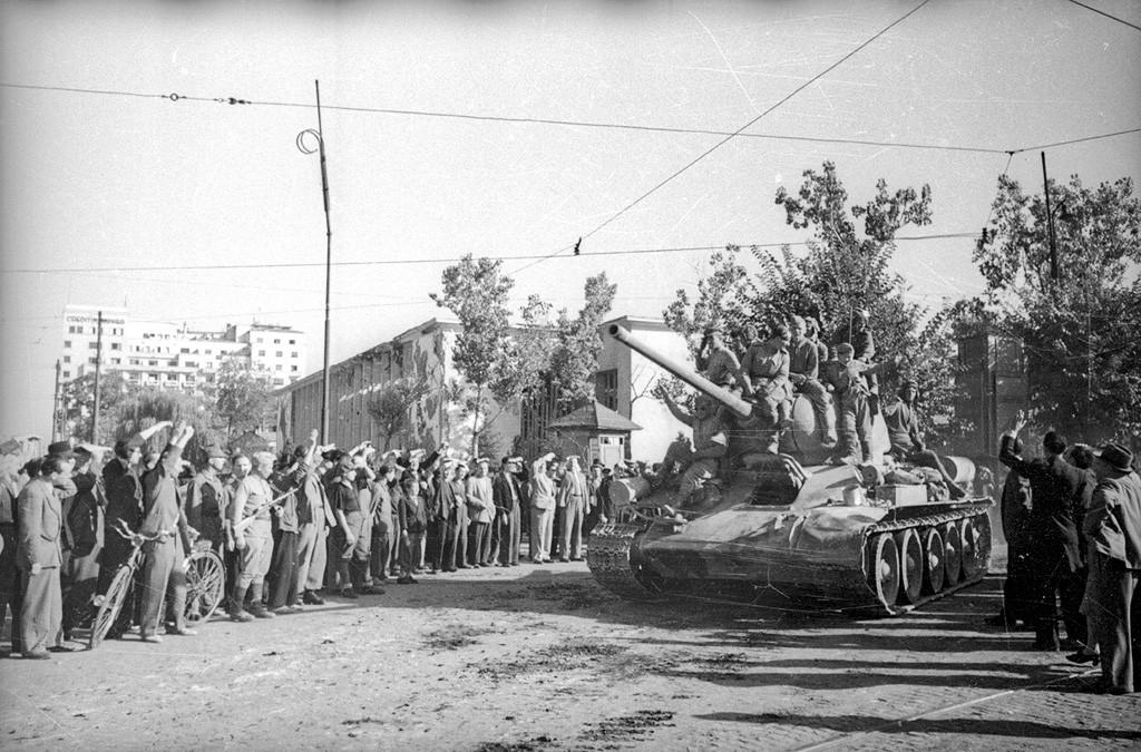 Совјетски тенкови на улицама Букурешта.