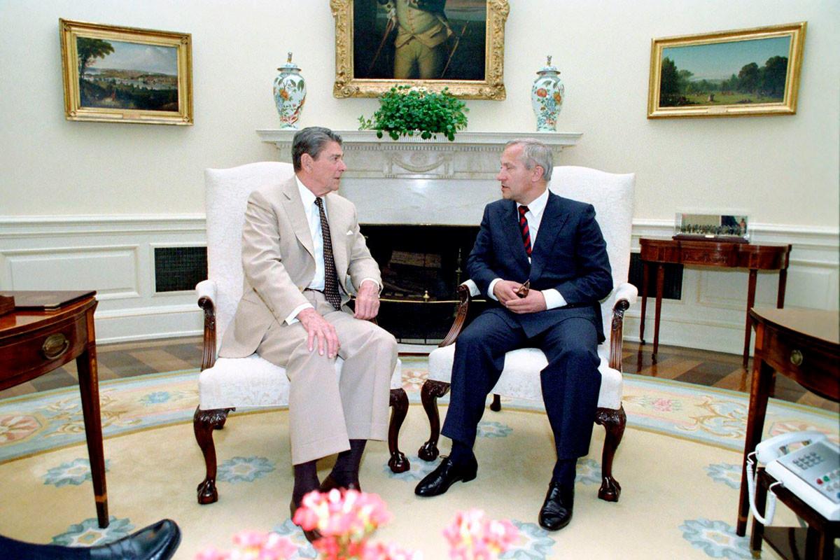 ロナルド・レーガン米大統領と面談した時のオレグ・ゴルディエフスキー、1987年