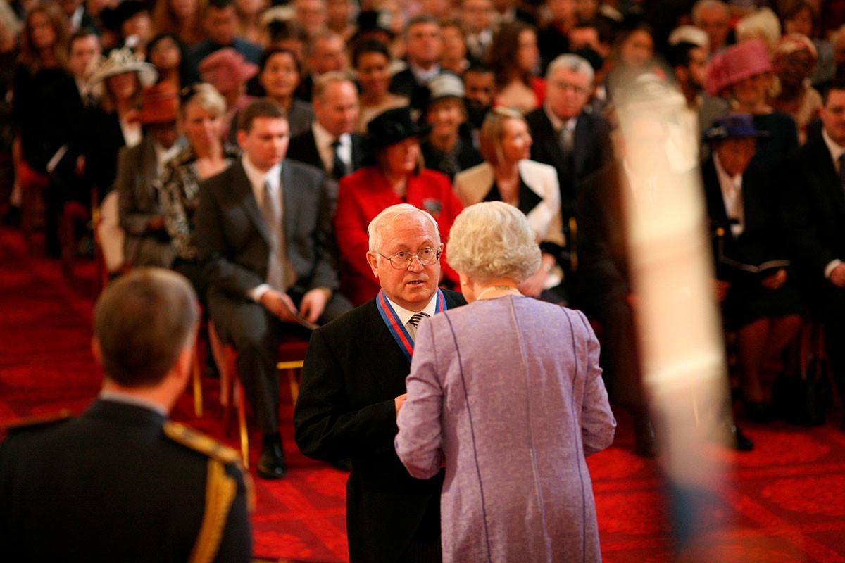 エリザベス2世に聖マイケル・聖ジョージ勲章を受章するオレグ・ゴルディエフスキー、2007年