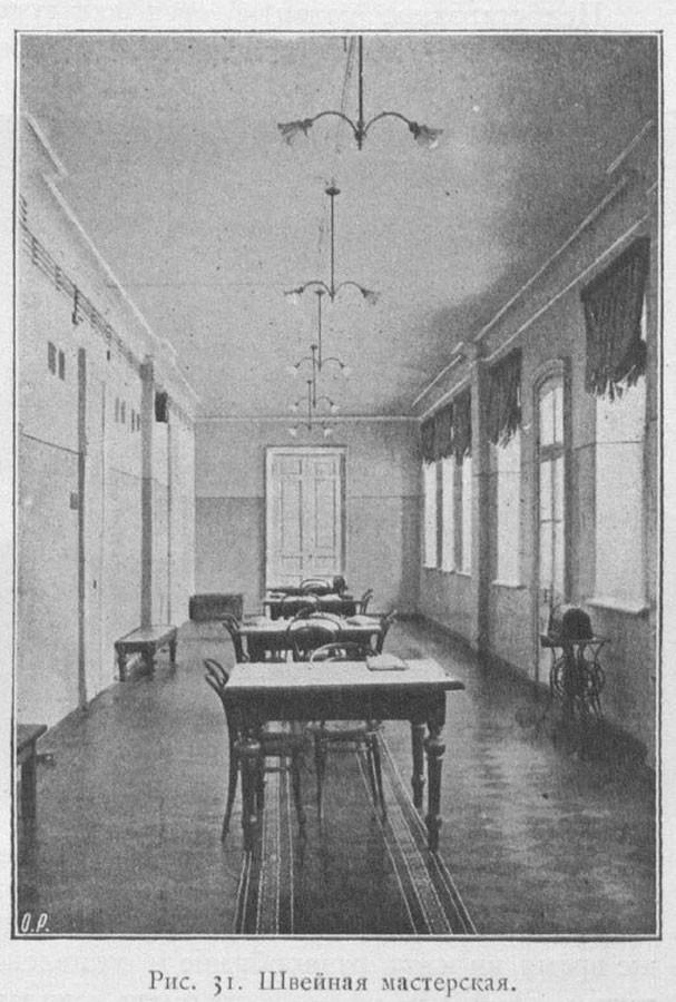 Oficina de costura na enfermaria feminina, 1904-1906.
