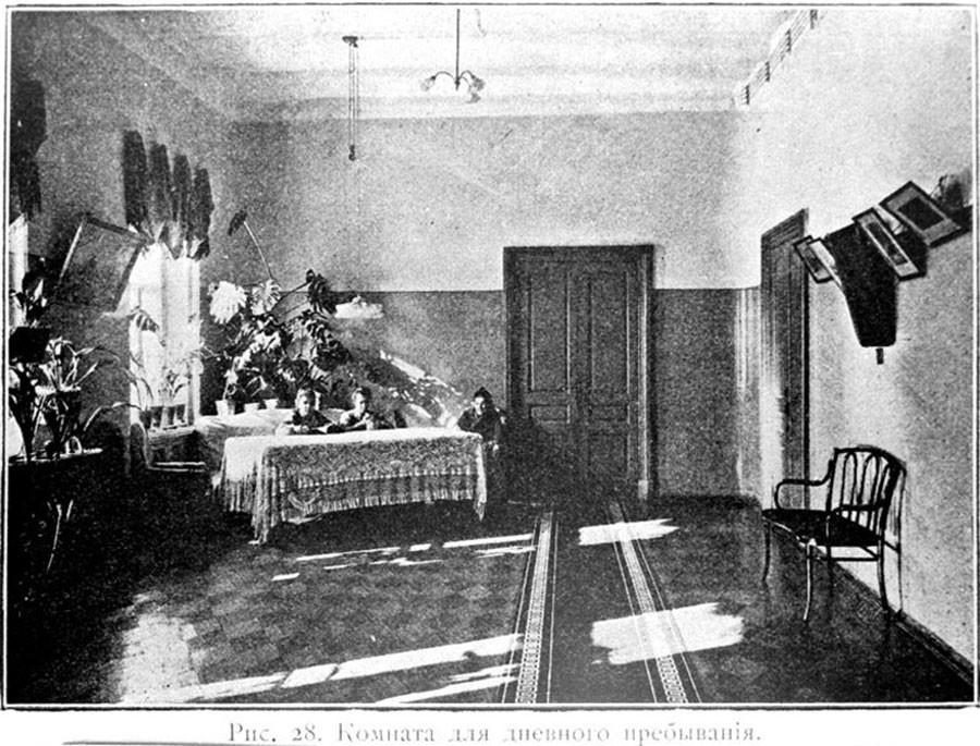 Sala de estar na enfermaria feminina, 1904-1906.