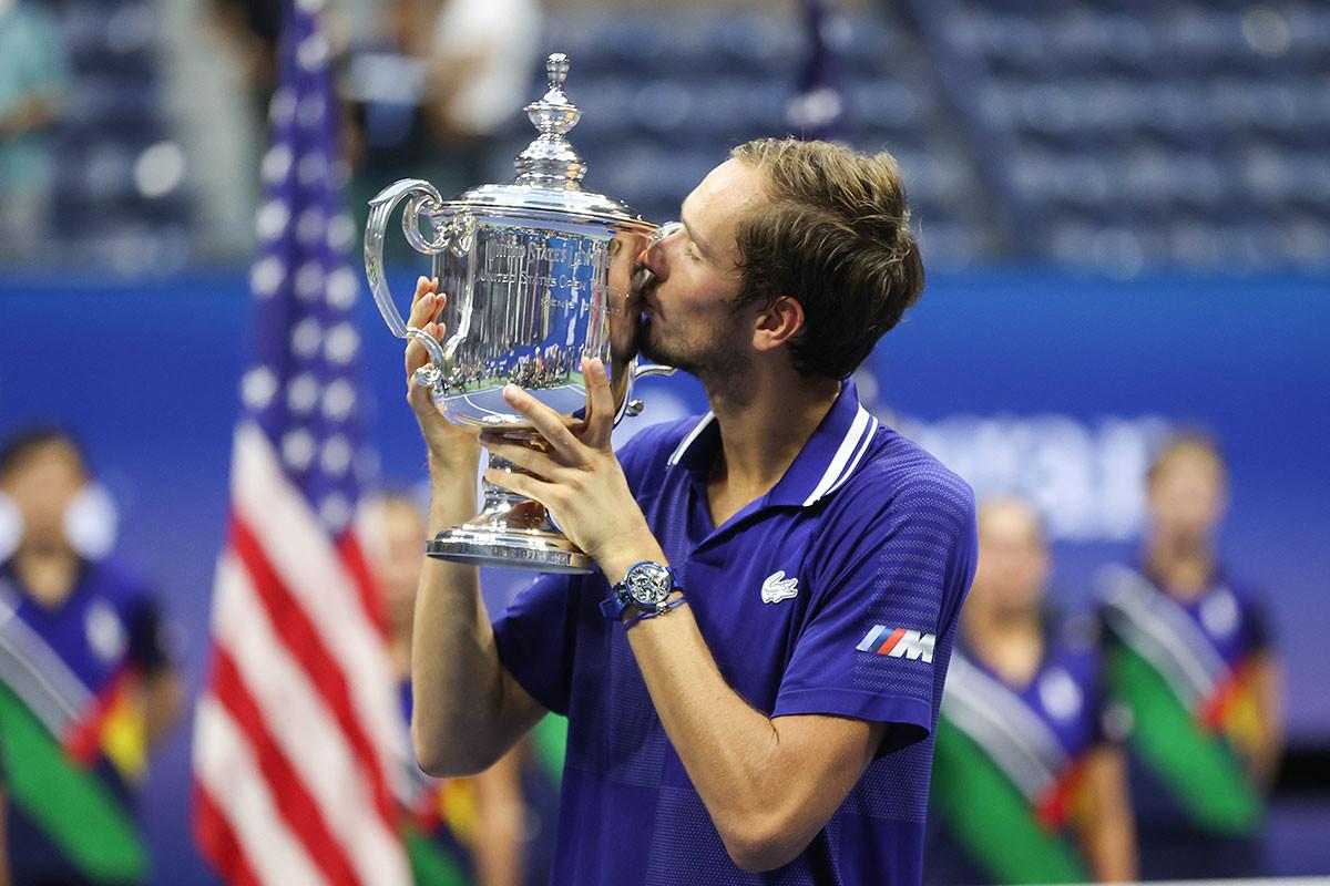 Daniil Medvedev celebra la victoria sobre Novak Djokovic en el partido final de individuales masculino de la decimocuarta jornada del US Open 2021, el 12 de septiembre de 2021.