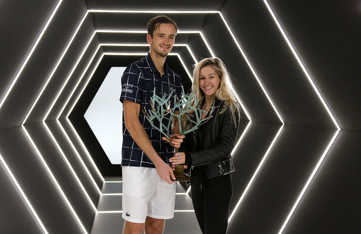 El ganador Daniil Medvédev y su esposa Daria Medvédeva posan con el trofeo después de la victoria de Daniil sobre Alexánder Zvérev de Alemania en la final masculina en el día 7 del Rolex Paris Masters, el 8 de noviembre de 2020 en París, Francia.