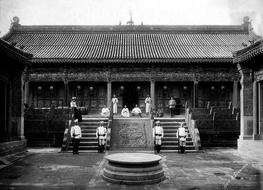 寺院にいるロシア人兵士、中国