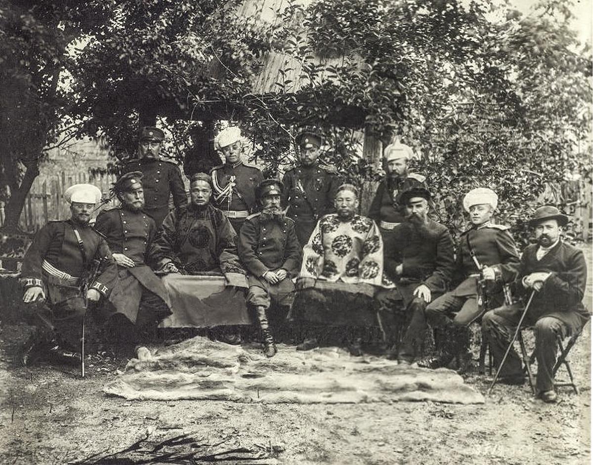 ロシアの将校と中国の役人たち