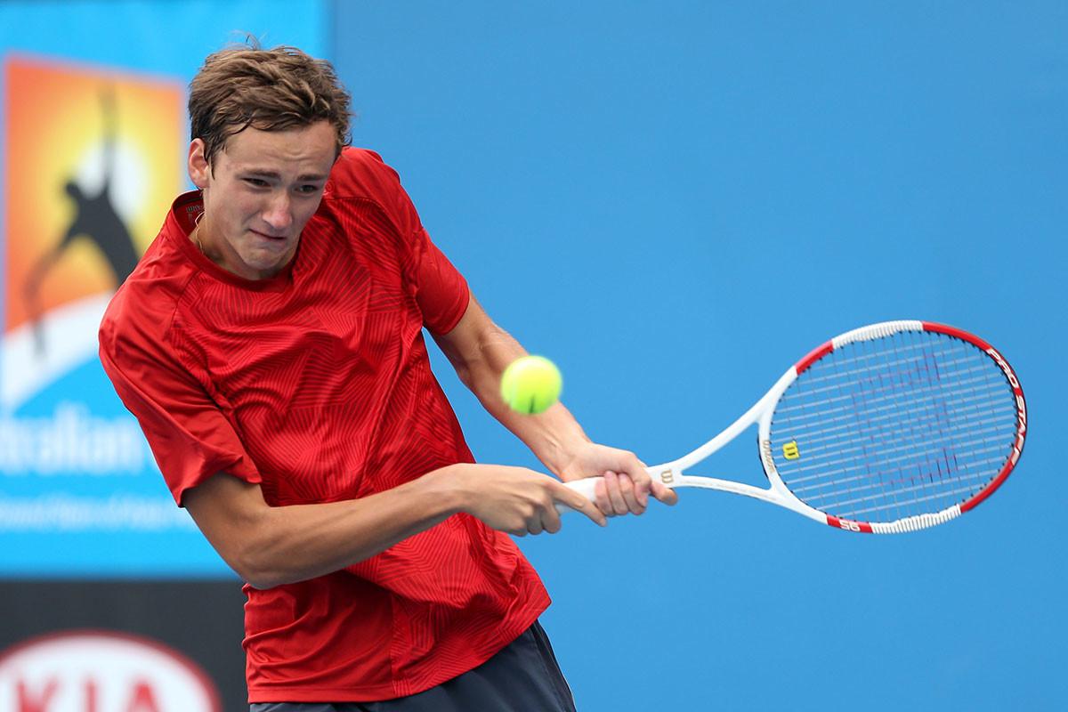 Daniil Medvédev juega un revés en su partido de primera ronda de chicos junior contra Daniel Nolan, de Australia, durante el Campeonato Junior del Abierto de Australia 2014.