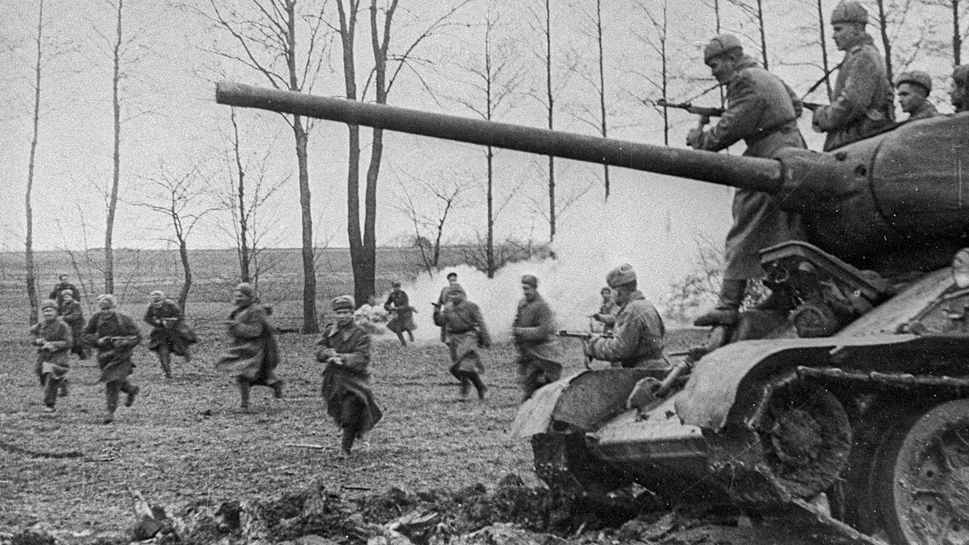 Sovjetsko pješaštvo i tenkovi jurišaju na njemačke položaje. Mađarska.