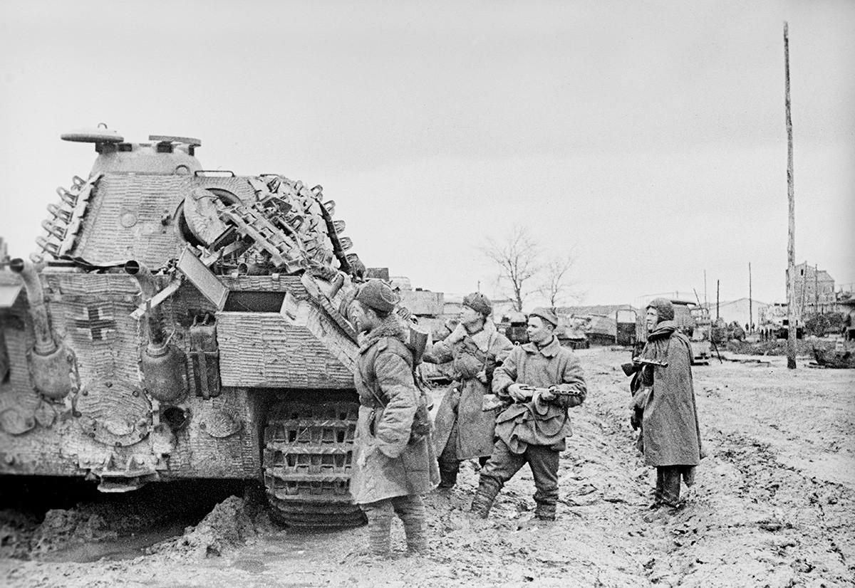 Korsunj-ševčenkovska ofenzivna operacija. Borci Drugog ukrajinskog fronta promatraju zaplijenjenu tehniku Hitlerovih trupa. Veliki domovinski rat 1941.-1945.