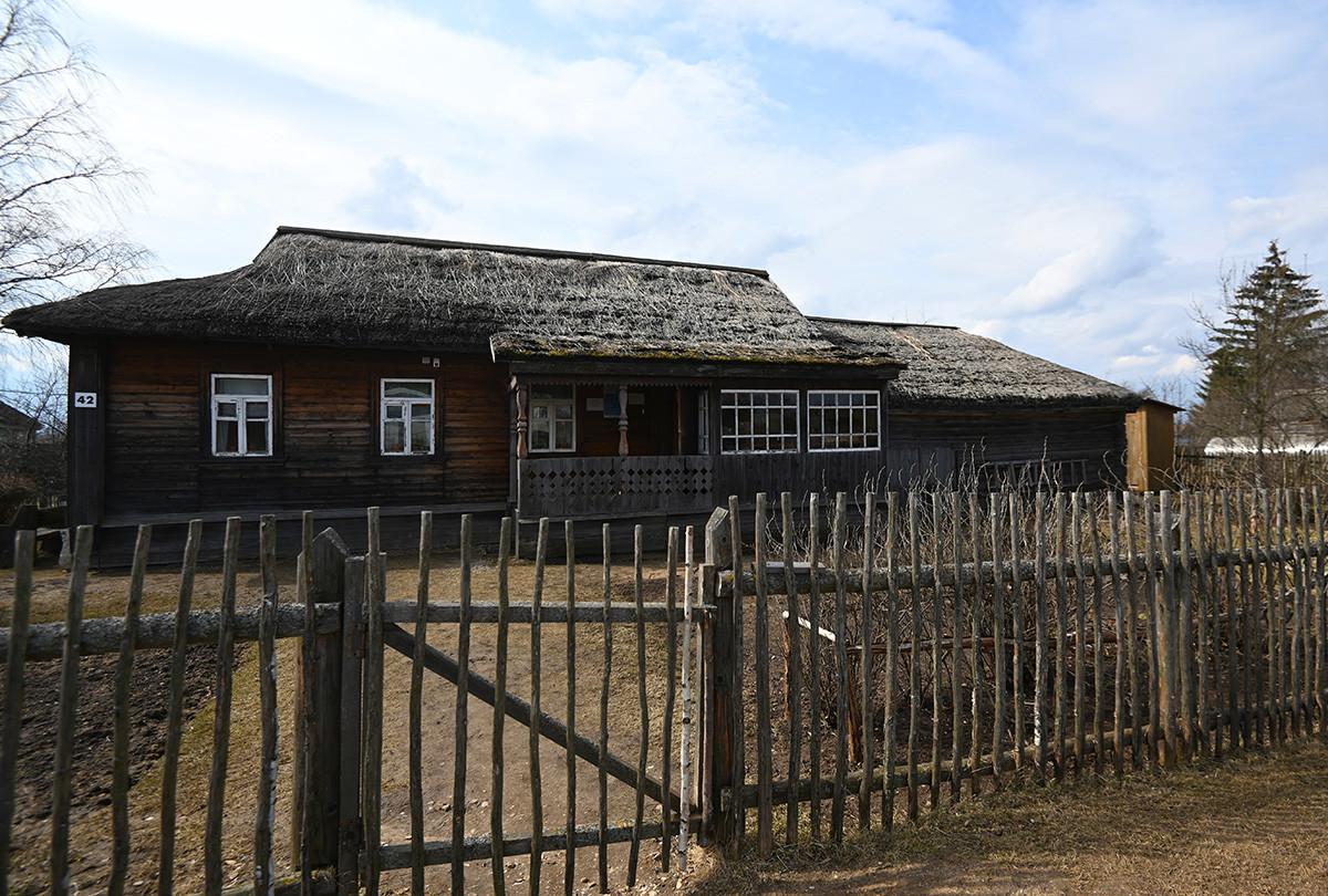 Casa-museo de la infancia de Gagarin en el pueblo de Klúshino, región de Smolensk.