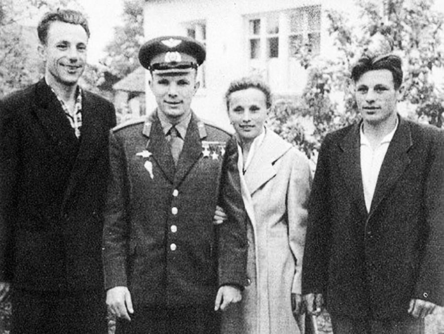 De izquierda a la derecha: Valentín Gagarin, Yuri Gagarin, Zoya Gagárina, Borís Gagarin.