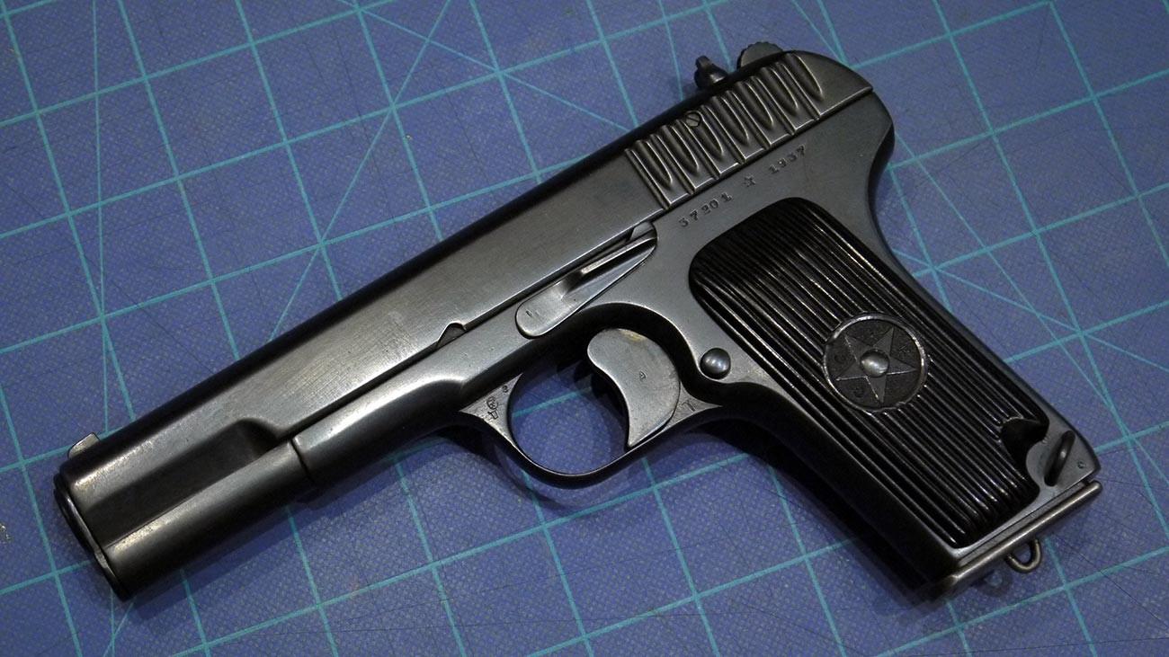 Pistol TT Soviet yang diproduksi di pabrik senjata di Kota Tula pada 1937.