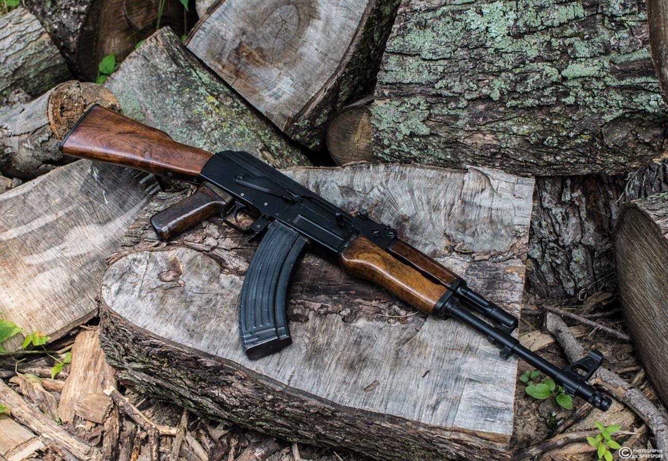 Senapan serbu AK-47.