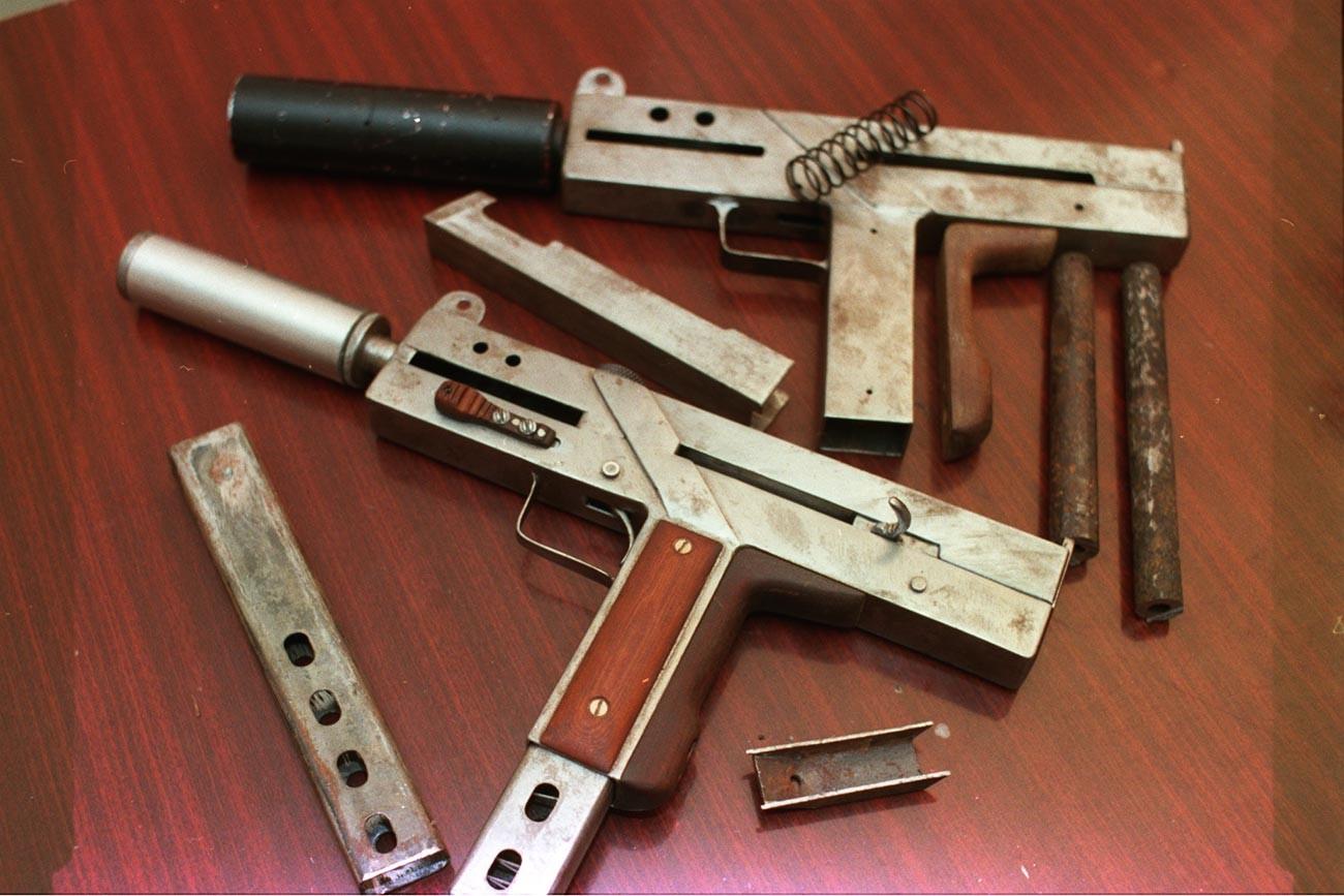 Dua senjata rakitan yang diproduksi pada 1990-an.