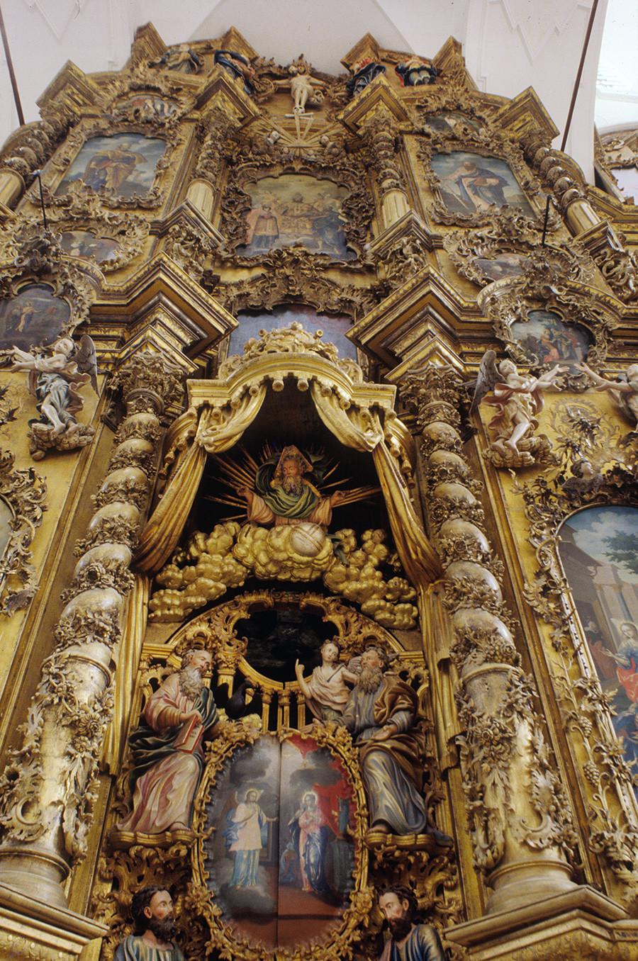 Monastère de la Trinité de Gleden. Iconostase de la cathédrale de la Trinité. Au centre : porte royale (entrée vers l'autel). En haut : statue en bois du Christ sur la croix