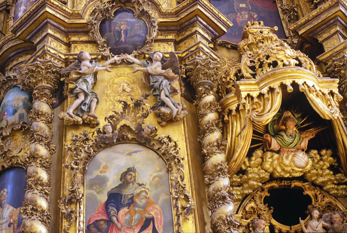 Monastère de la Trinité de Gleden. Iconostase de la cathédrale de la Trinité. Voûte de la porte royale avec sculpture de Dieu. À gauche : icône de la Vierge Marie avec le Christ enfant