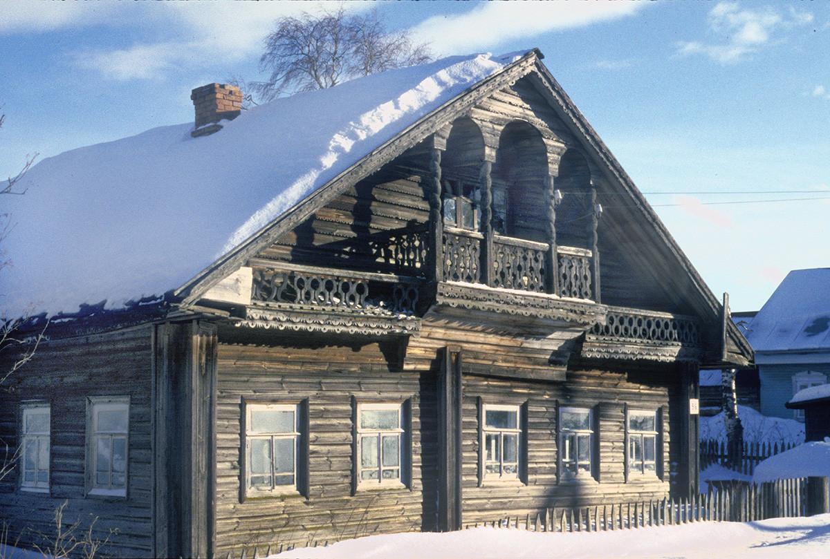 Morozovitsa, près de Gleden. Maison en bois avec des sculptures décoratives. Cette demeure a été modifiée depuis