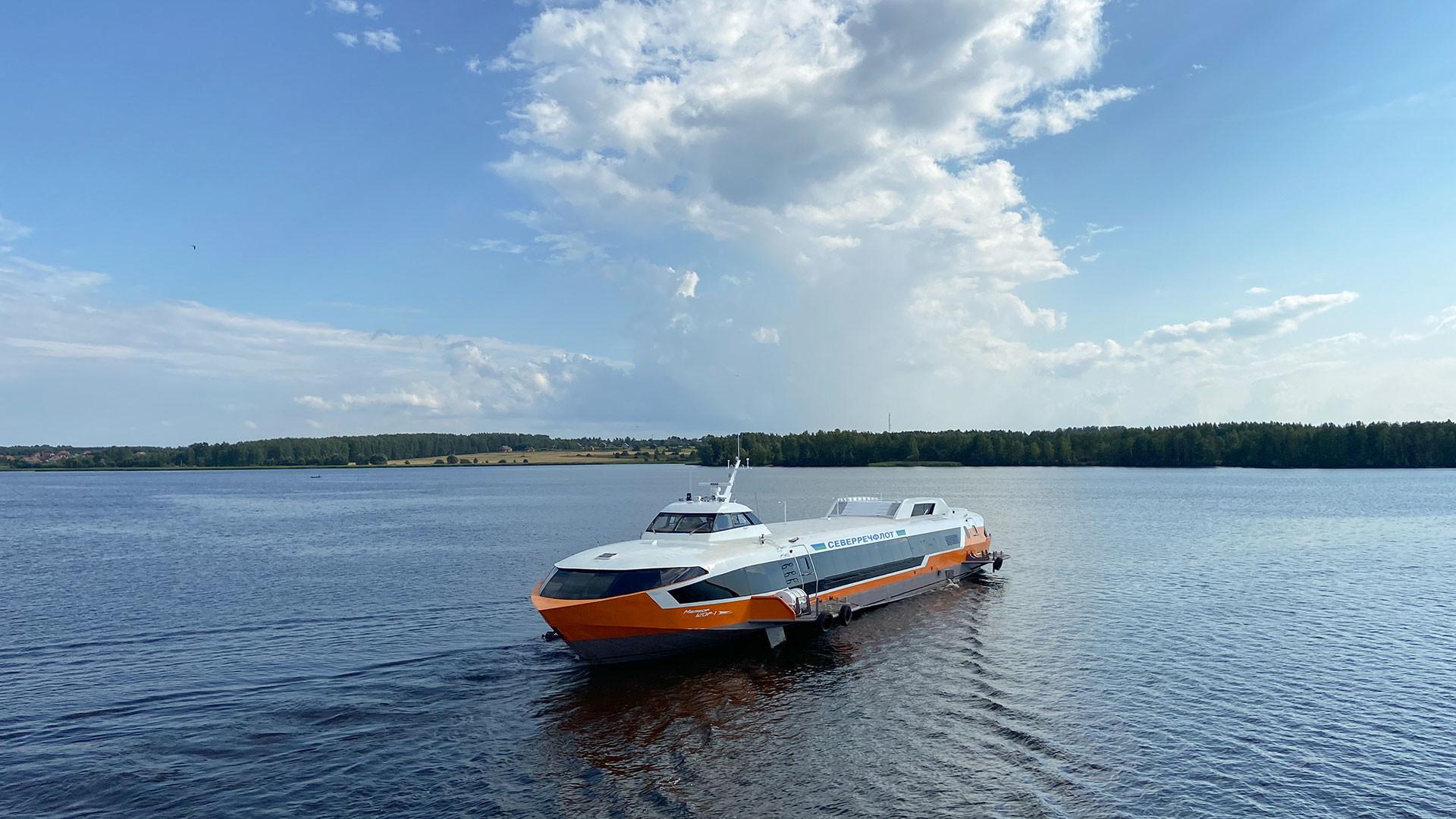 "Rusija, Nižegorodska oblast, 3 kolovoza 2021. Svečano spuštanje na vodu broda s podvodnim krilima ""Meteor 120R"" (brzi putnički brod dizajniran za prijevoz 120 ljudi na udaljenosti do 600 km)."