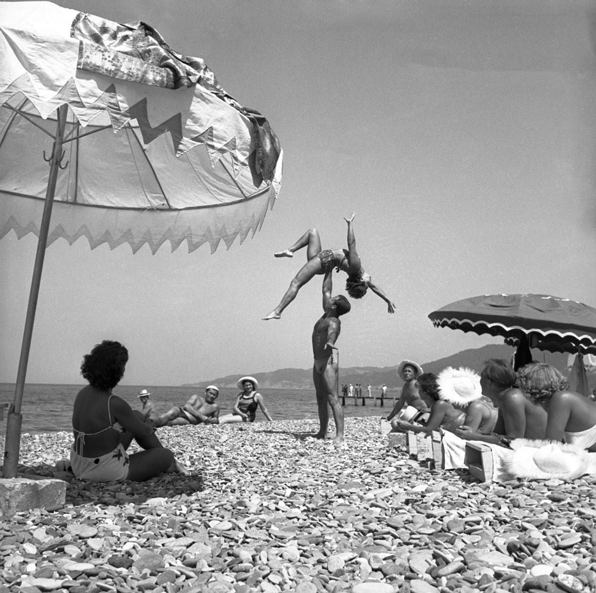 """Град Сочи. Туристи на плажи санаторијума """"Нови Сочи"""" (сада Уједињени санаторијум """"Русь""""), 1956."""