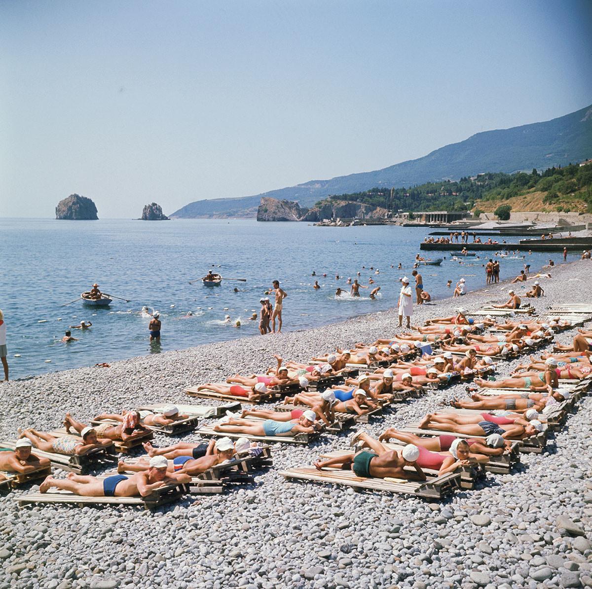 Украјинска ССР. Крим, август 1970. Туристи на плажи у насељу Гурзуф.
