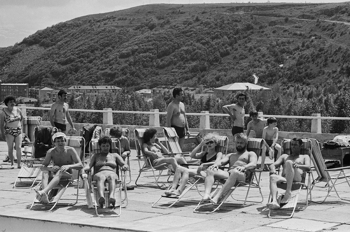 Јерменска ССР. 1 јун 1986. Туристи за време једне од терапијских процедура (сунчање).