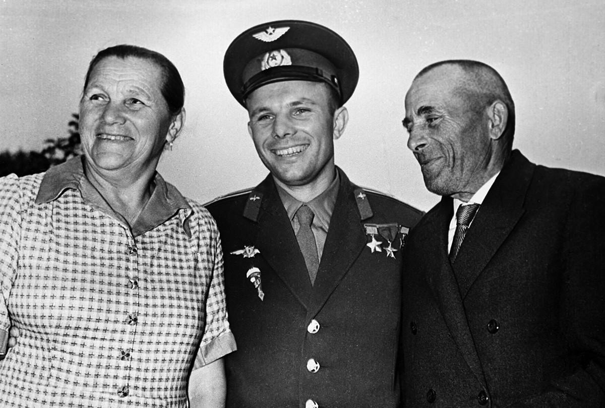 """O piloto-cosmonauta da URSS, Herói da União Soviética, Iúri Gagárin, com a mãe, Anna Timoféievna, e o pai, Aleksêi Ivânovitch, em sua casa em Gjatsk (hoje, chamada """"Gagárin"""" em homenagem ao cosmonauta). Foto de 17 de junho de 1961."""