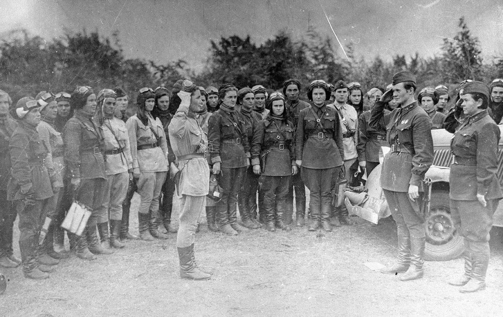 Летчицы 46-го женского авиационного Таманского полка, 1942