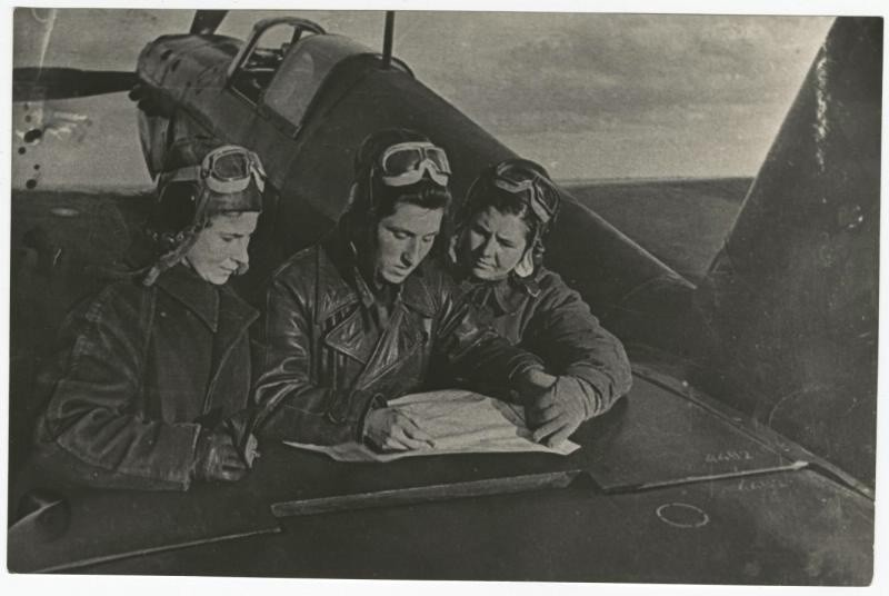 Справа налево: Мария Кузнецова, Екатерина Буданова и Лидия Литвяк