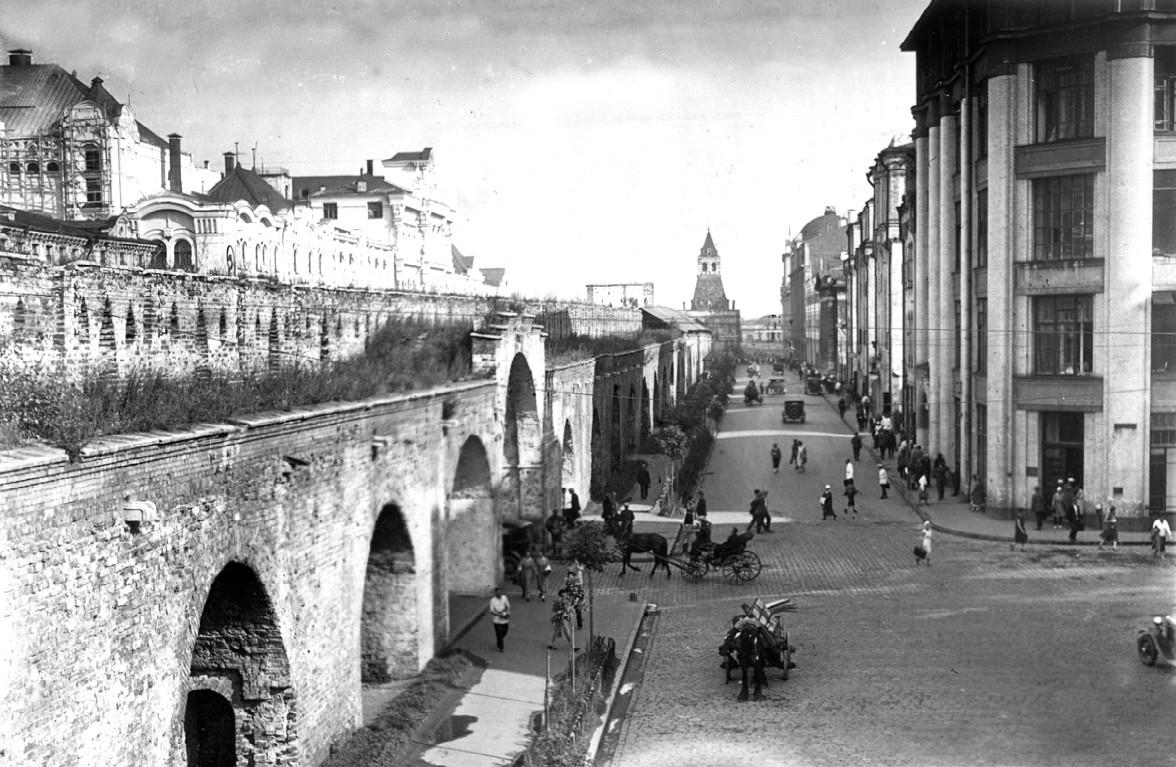 Вид Китайгородской стены изнутри. Проломные ворота (слева) на Лубянскую пл. Вдали Ильинская башня, 1920-е