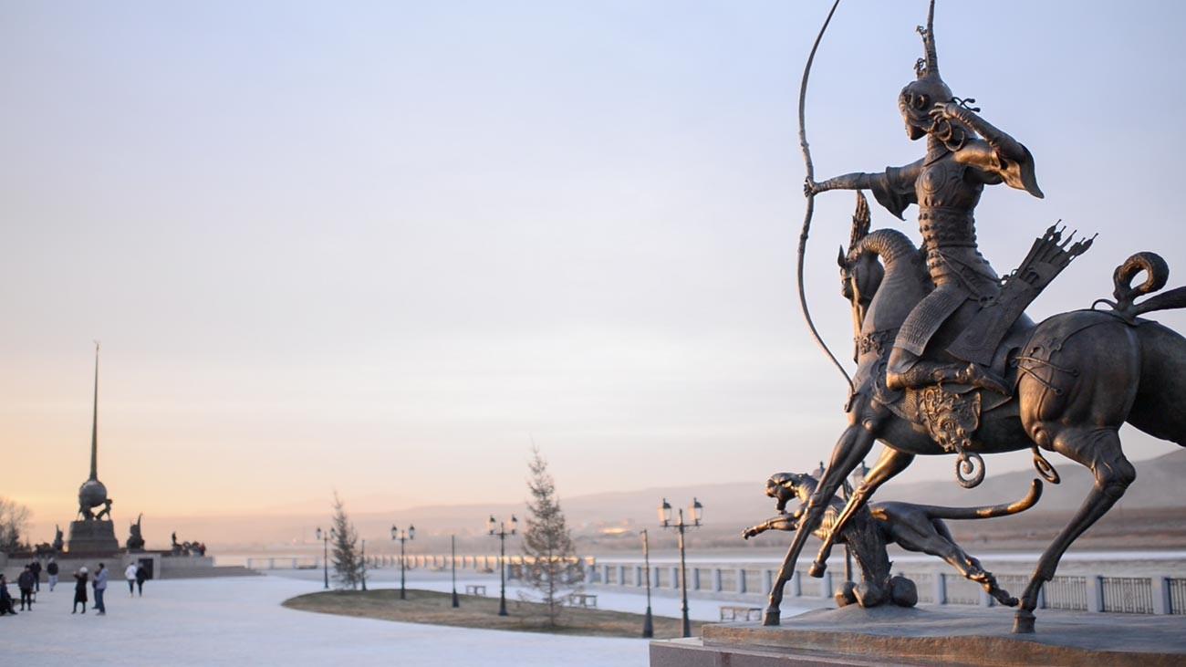 Quai de l'Enisseï à Kyzyl, sculpture « La chasse du tsar ». Au loin, on aperçoit une autre œuvre de Dachi, l'obélisque « Centre de l'Asie », Kyzyl étant considéré comme le centre géographique du continent.