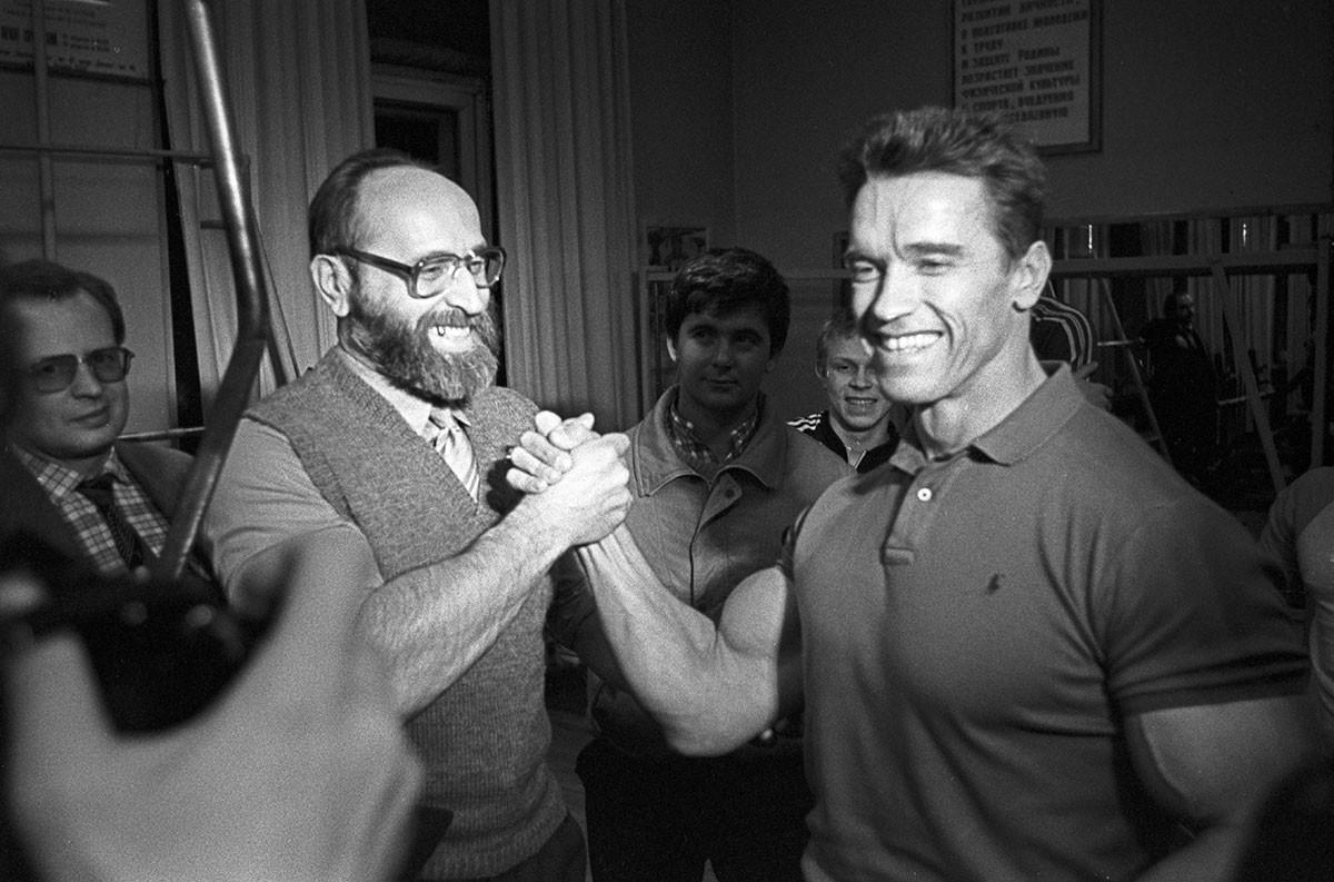 Arnold Schwarzenegger trifft sich mit seinem Idol Juri Wlasow im Moskauer Leichtathletik-Sportklub, 1988.
