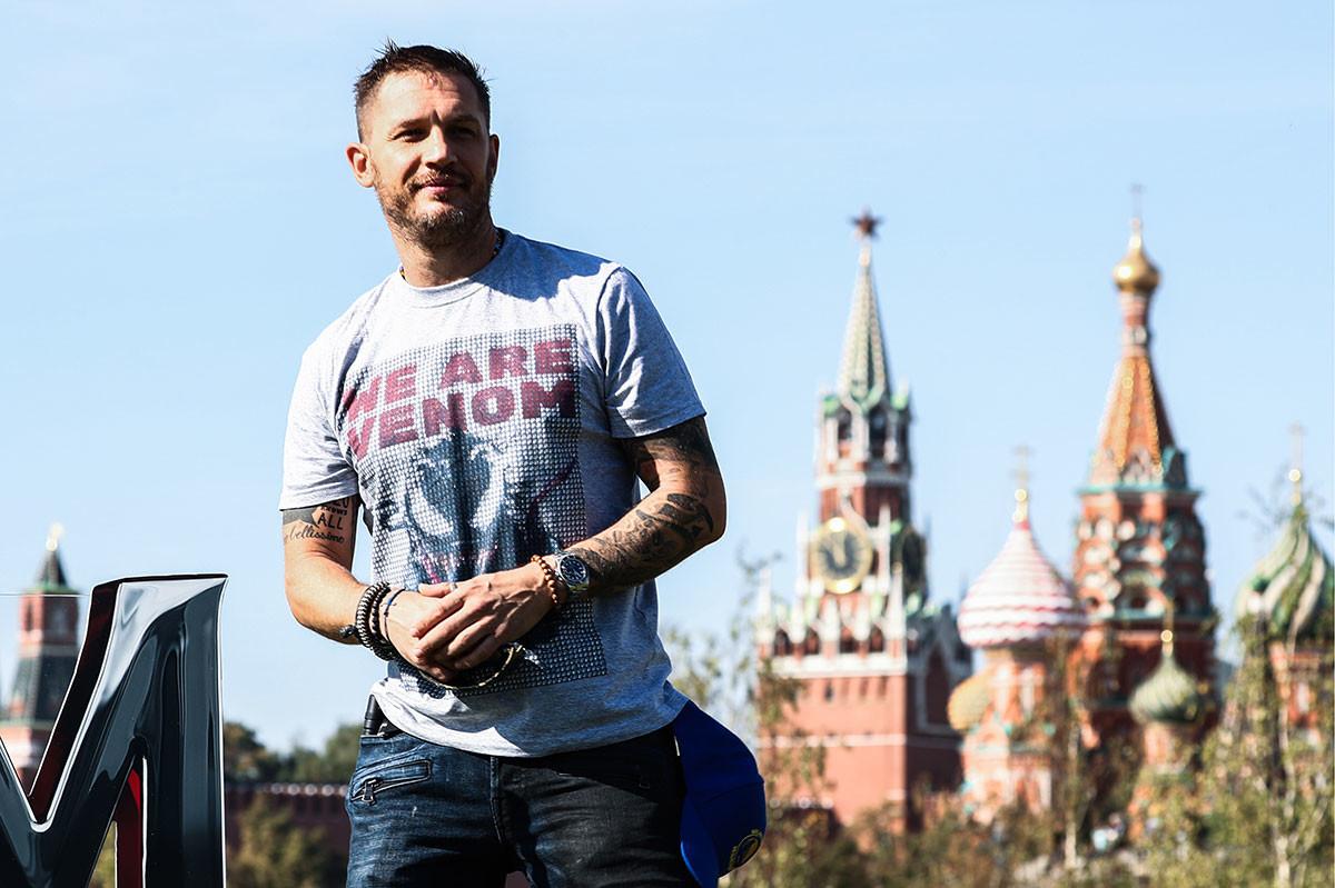Tom Hardy im Moskauer Saryadje-Park neben dem Kreml.