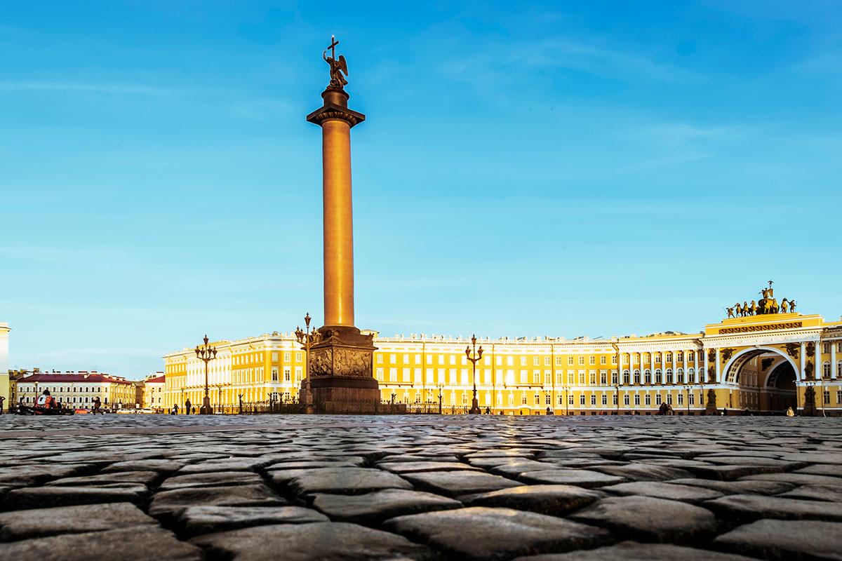 Тесаная мостовая на Дворцовой площади в Санкт-Петербурге