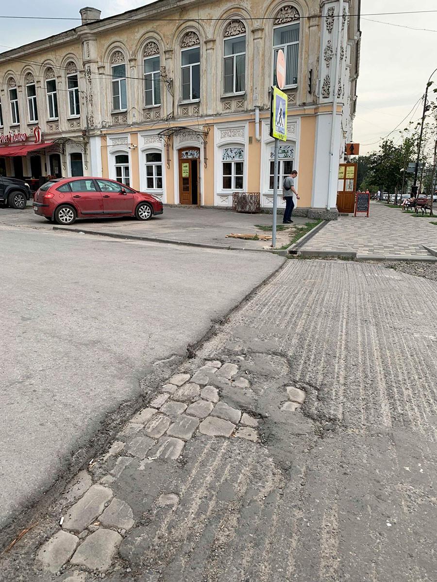 Реновация Петровской улицы в центре Таганрога: брусчатка, скрытая под слоями асфальта