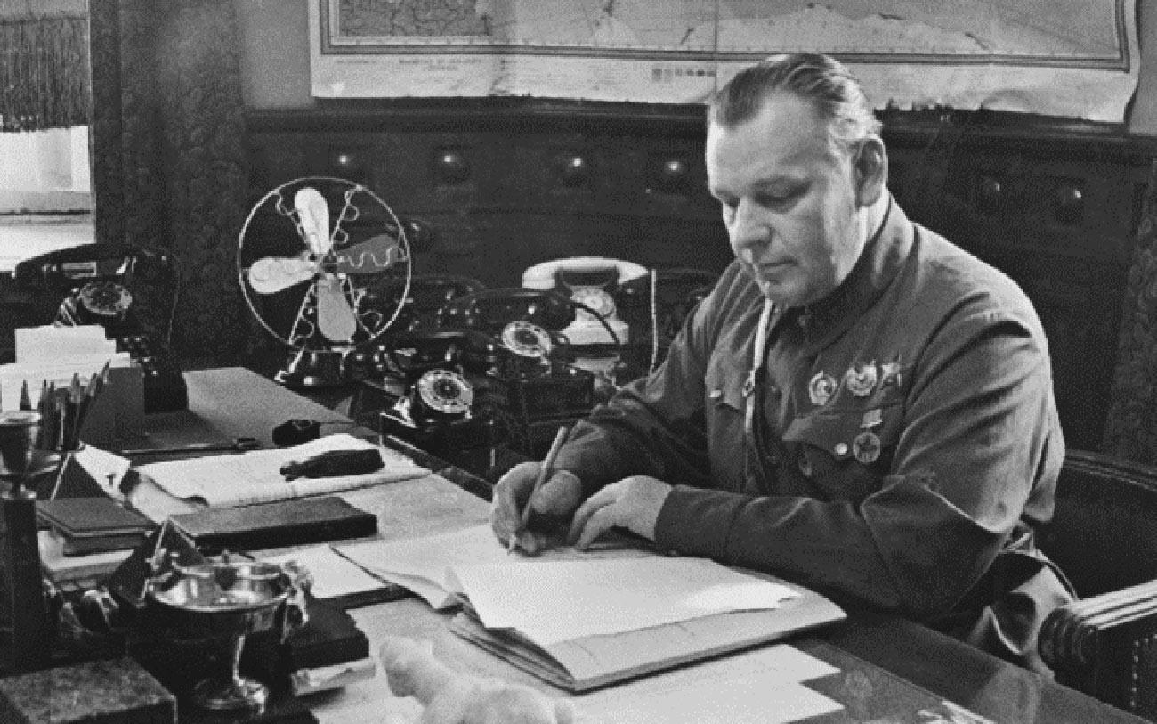 Nikolai Wlassik in seinem Arbeitszimmer. Ende der 1930er Jahre.