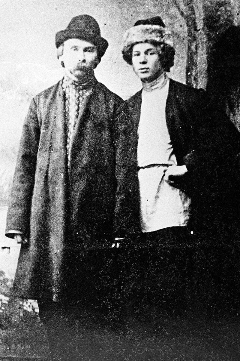 """Os poetas do movimento dos """"novos camponeses"""" Serguêi Iessênin (dir.) e Nikolai Kliuev (esq.), em 1915, em Petrogrado."""