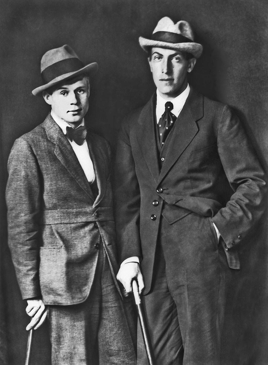 Iessênin e seu amigo Anatóli Mariengof, 1923.