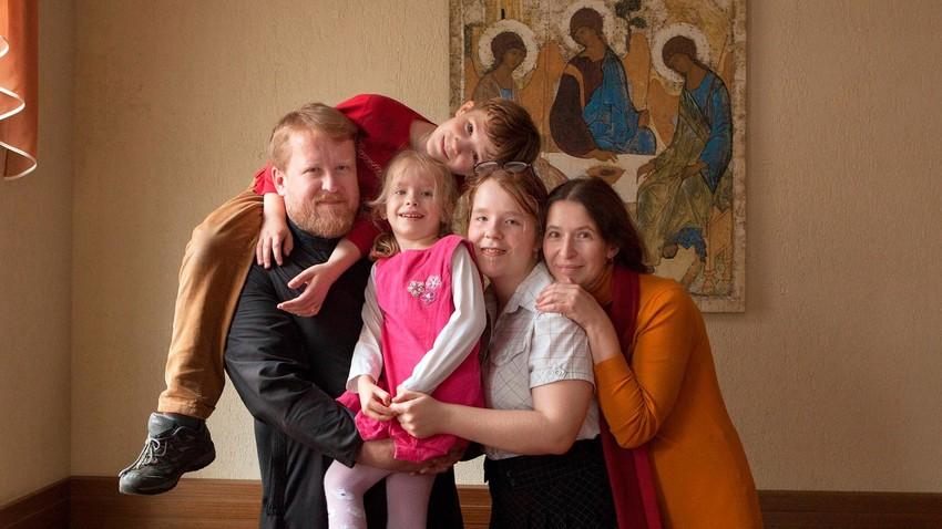 Il prete della chiesa dei Santi Cosma e Damiano di Mosca con la famiglia