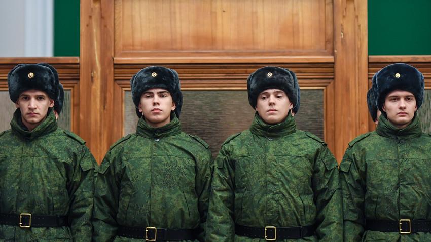 Naborniki, vpoklicani v Kremeljski polk, odhajajo na zbirno točko z glavnega železniškega kolodvora v Novosibirsku.