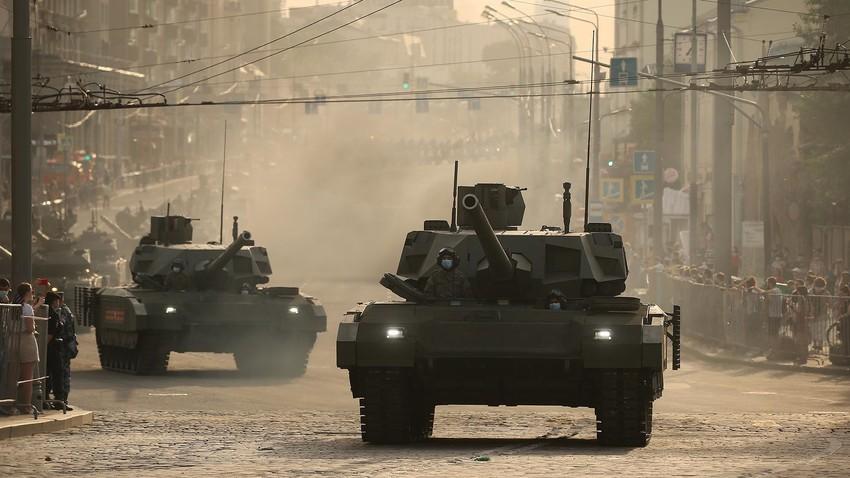 """Танк Т -14 """"Армата"""" на преминаването на военна техника по ул. """"Барикадна"""" преди репетицията за парада на Червения площад, посветен на 75 -годишнината от Победата във Великата отечествена война"""