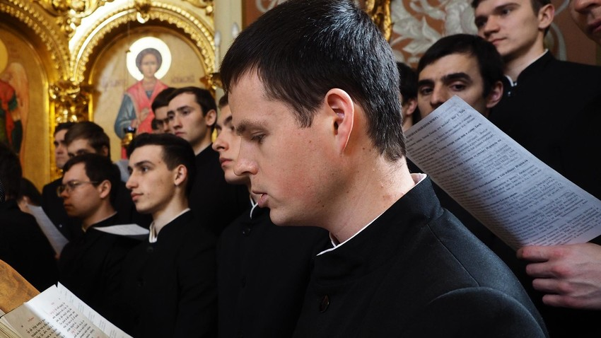 Учащиеся Екатеринодарской духовной семинарии в Краснодаре во время богослужения