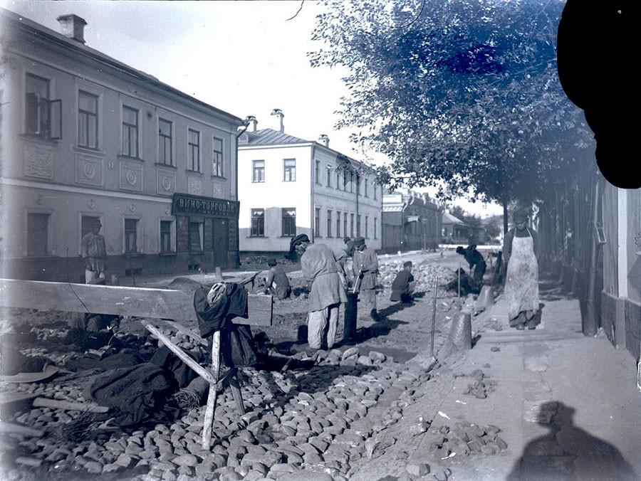 Colocação de pedras nas ruas em Moscou, final do século 19