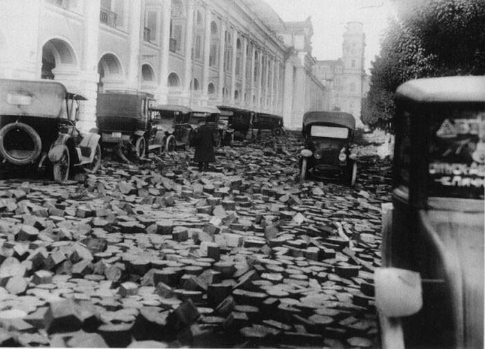 Pavimentação com blocos de madeira em São Petersburgo após a enchente de 1924