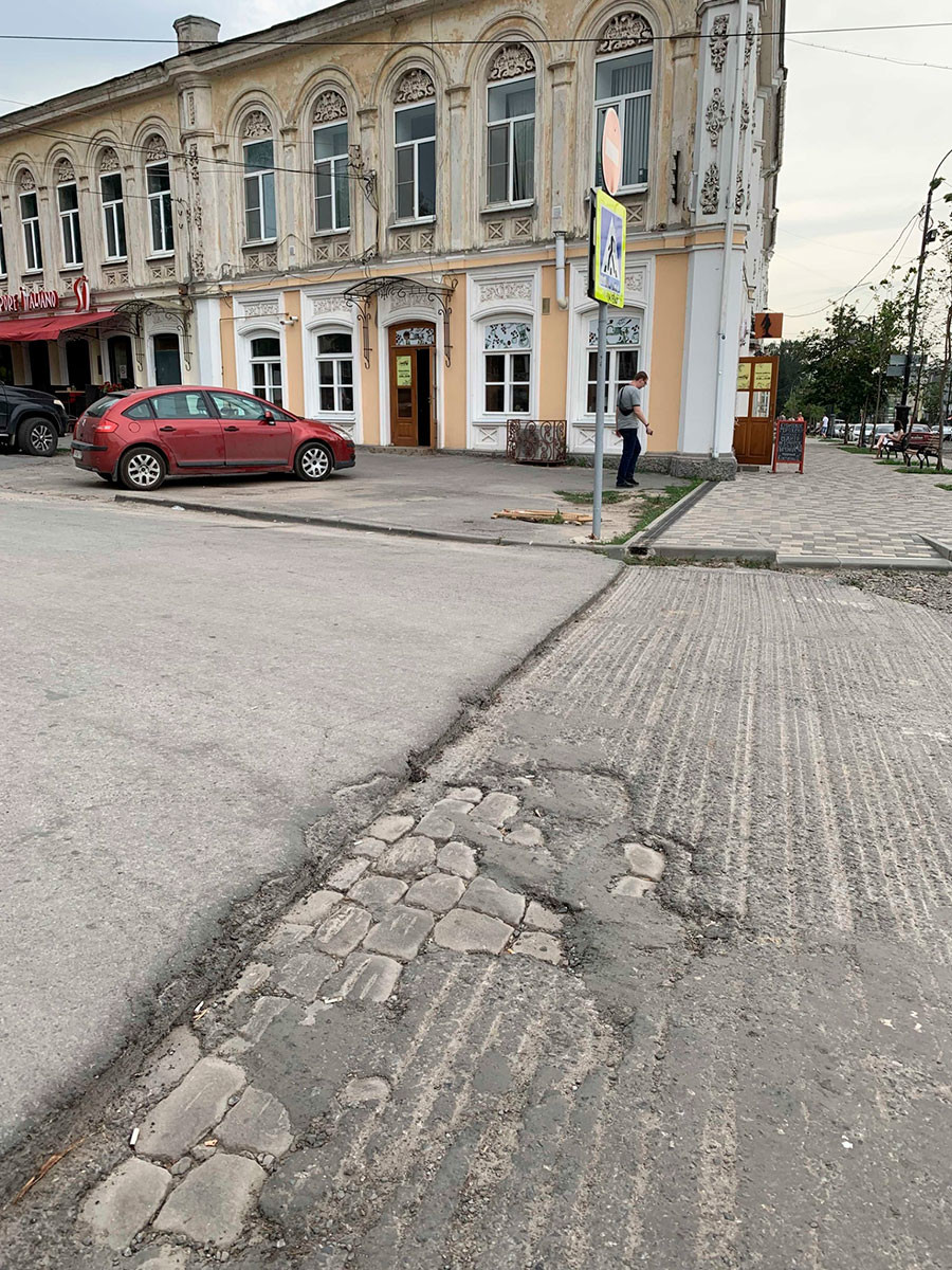 Recapeamento da Rua Petrovskaya, no centro de Taganrog