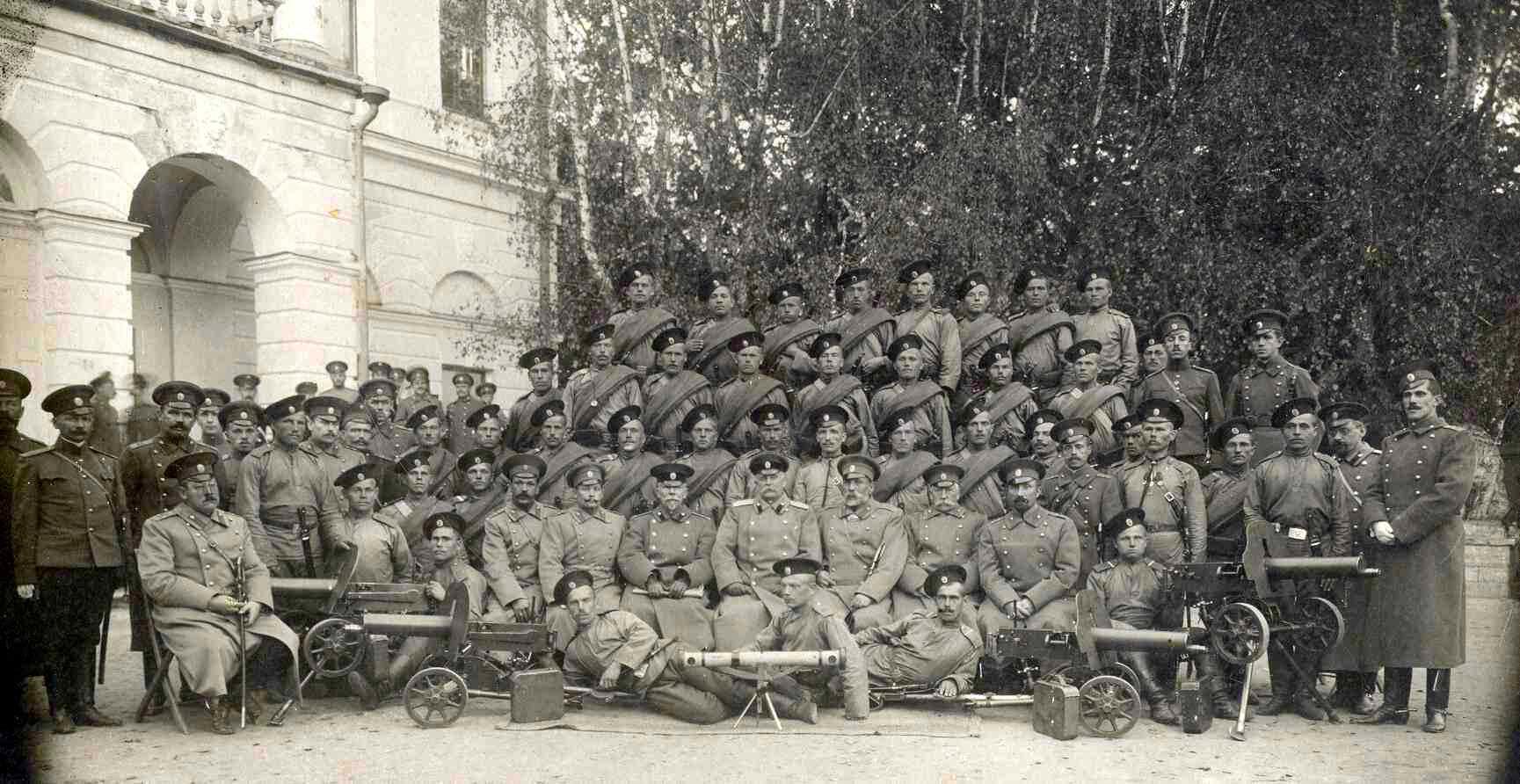 Офицеры 88-го Петровского пехотного полка и пулемётная команда, 1911 год.