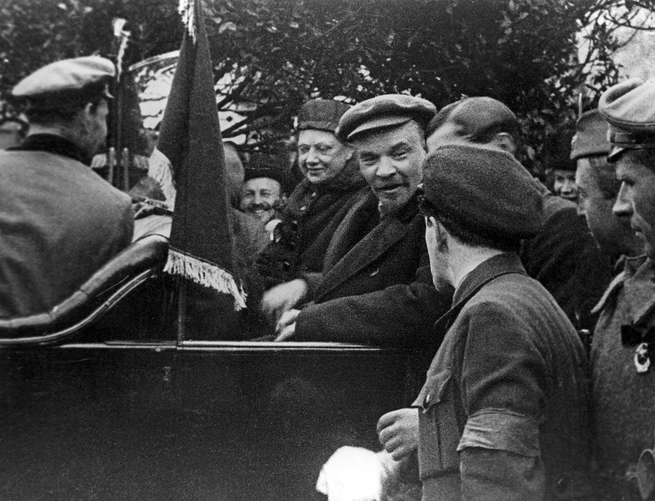 Владимир Илич Ленин и Надежда Константиновна Крупскаја во автомобил. Црвен плоштад, 1 мај 1919 година.