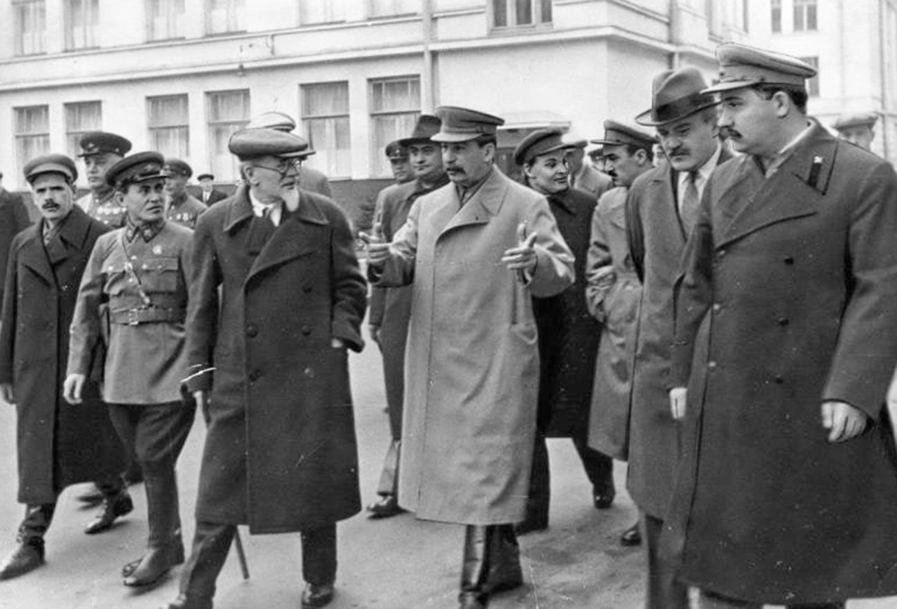 Михаил Калинин, Јосиф Стаљин, Вјачеслав Молотов одат кон Црвениот плоштад.