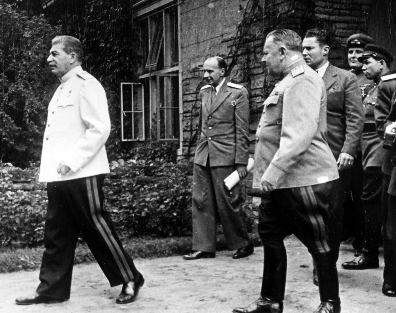 Советскиот водач Јосиф Сталин во бела војничка блуза со останатите воени лица на Постдамската конференција во јули 1945 година.