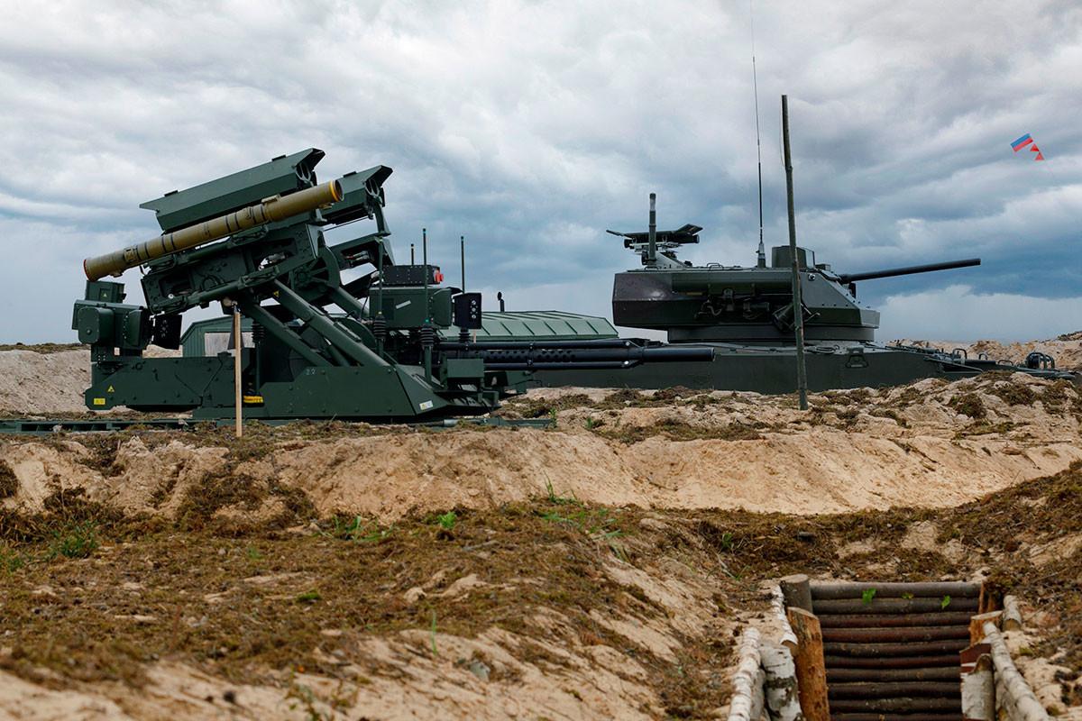 «Уран-9» в одном боевом порядке с обычной боевой машиной пехоты (с экипажем) Б-19