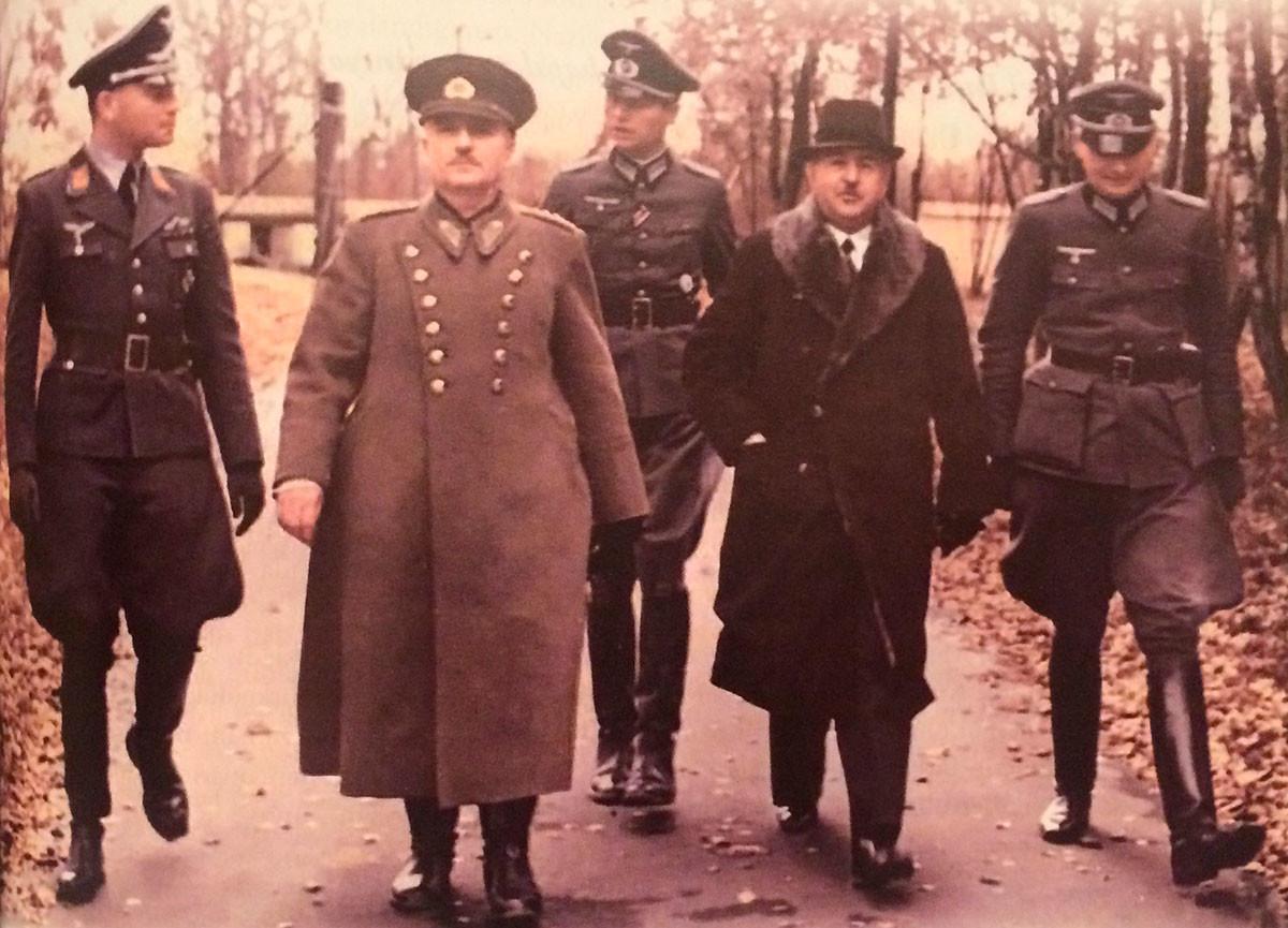 Генералы турецкой армии Али Фуад Эрден и Хусейн Хюсню Эмир Эркилет на оккупированных территориях СССР в 1941 году.