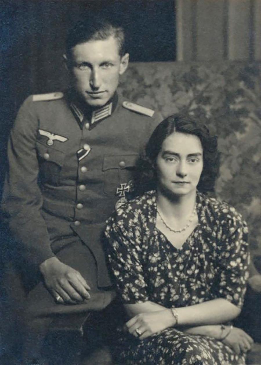 Príncipe Karl Franz da Prússia (vestindo uniforme nazista com Cruz de Ferro) e princesa Henriette von Schönaich-Carolath